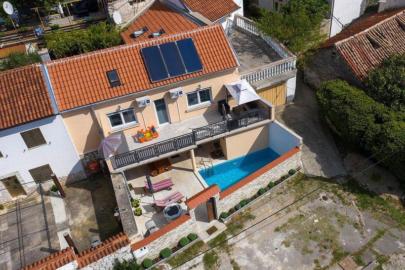 Tribalj Holiday Home Sleeps 8 with Pool and Air Con - 5826221, aluguéis de temporada em Tribalj
