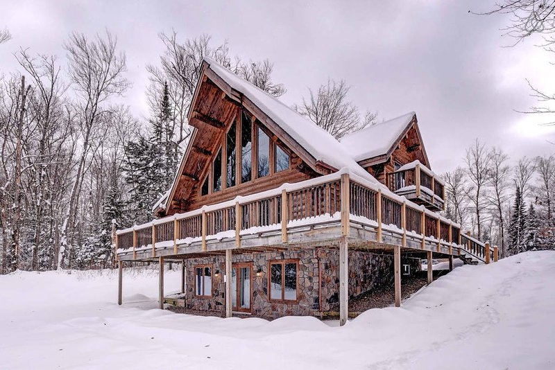 Waterfront Log Chalet- Luxury with Private Hot Tub, vakantiewoning in Nominingue