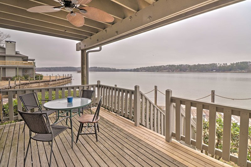 NEW! Lake Hamilton Retreat w/View & Prime Location, holiday rental in Bismarck