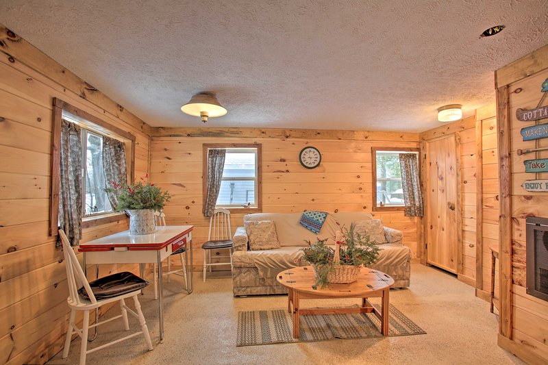 Bass Lake Living - Cozy Cabin in Pine Ridge Resort, alquiler de vacaciones en Interlochen