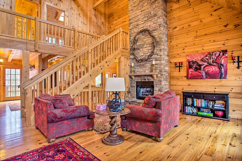 Luxury Cabin w/ Deck < 5 Miles to Sapphire Valley!, alquiler de vacaciones en Sapphire