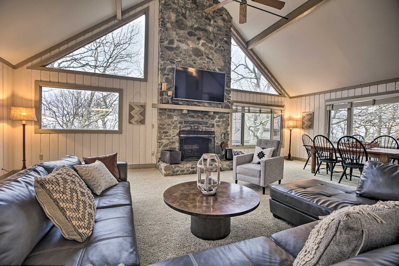 Mountaintop Wintergreen Resort Home w/ Deck+Views!, holiday rental in Tyro
