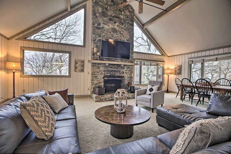 Mountaintop Wintergreen Resort Home w/ Deck+Views!, vacation rental in Montebello