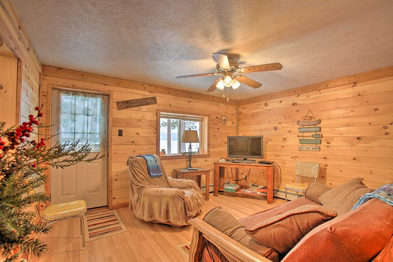 NEW! Interlochen Cabin < 1 Mile from Green Lake!, alquiler de vacaciones en Interlochen
