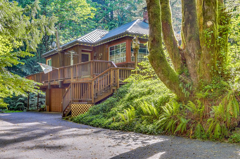 Secluded waterfront home w/ private hot tub & a large deck in a tranquil setting, holiday rental in Zigzag