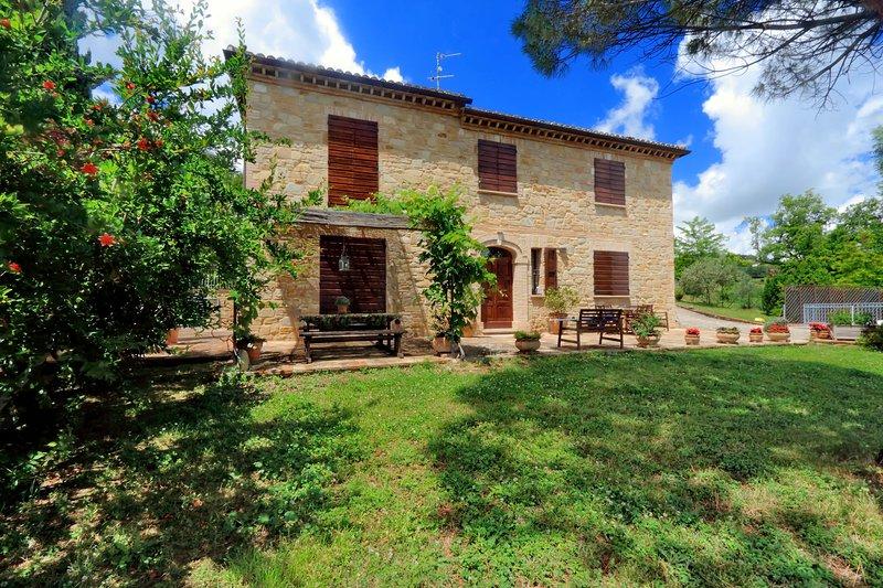 Incantevole villa con vista panoramica e piscina privata, location de vacances à Matelica