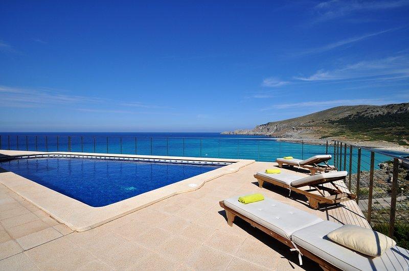 VILLA AUREA on the first line of Cala Mesquida. Enjoy the incredible clear views, alquiler de vacaciones en Mallorca