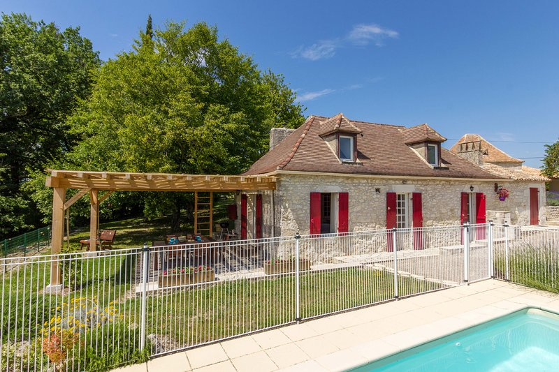 Cottage in the Dordogne with a private secure fenced & gated infinity pool, AC, holiday rental in Serres-et-Montguyard