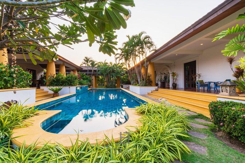 Beautiful 4 Bedroom Bali Style Villa in Great Location! – semesterbostad i Nong Kae