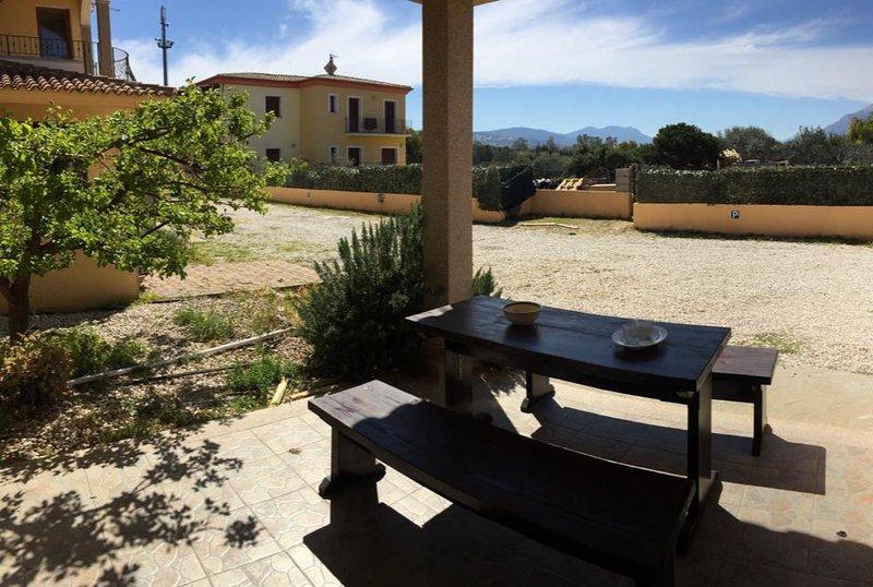 Villetta Pina e Salvatore Rosmarino, vacation rental in La Caletta
