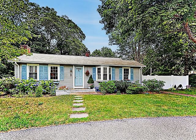 Beautifully Remodeled Home | Sunroom & Fine Furniture, Walk to Secluded Pond, holiday rental in Cotuit