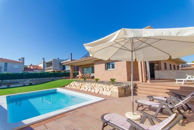 Macanet de la Selva Villa Sleeps 8 with Pool and Air Con - 5509009, location de vacances à Macanet de la Selva