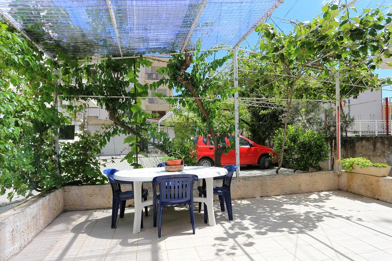 Omis Apartment Sleeps 4 with Air Con - 5461130, holiday rental in Naklice