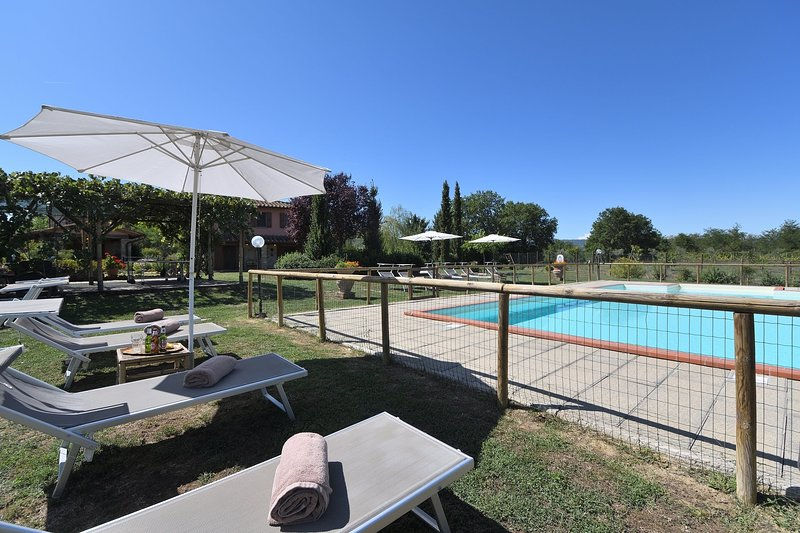 Podere Monte Lucci Holiday Home Sleeps 15 with Pool Air Con and WiFi - 5227018, holiday rental in Badia Agnano