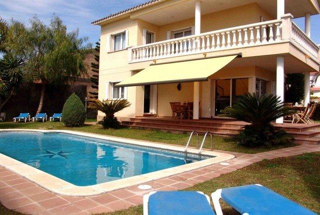 Coma-ruga Villa Sleeps 8 with Pool and Free WiFi - 5509401, vacation rental in Coma Ruga