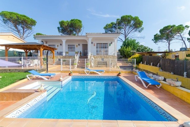 Franciac Villa Sleeps 8 with Pool and Free WiFi - 5509331, holiday rental in Vilobi d'Onyar