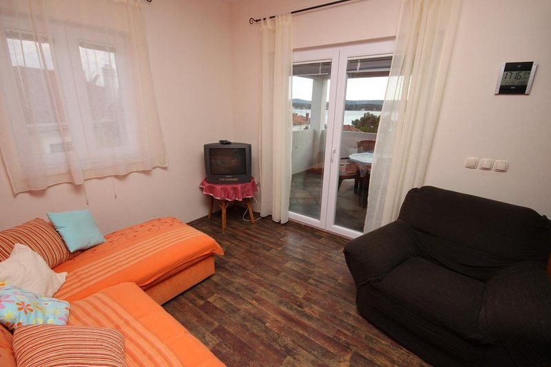 Turanj Apartment Sleeps 3 with Air Con - 5465471, holiday rental in Turanj