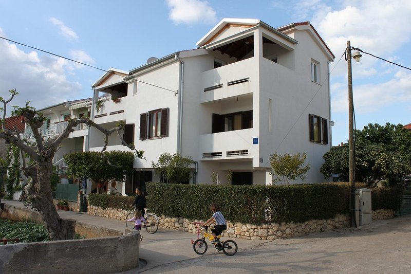 Turanj Apartment Sleeps 3 with Air Con - 5465460, holiday rental in Turanj