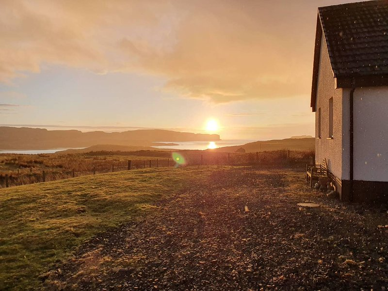 Bracadale Views, Isle of Skye, Rm 1 Relax on your adventure! Stunning location!, Ferienwohnung in Carbost