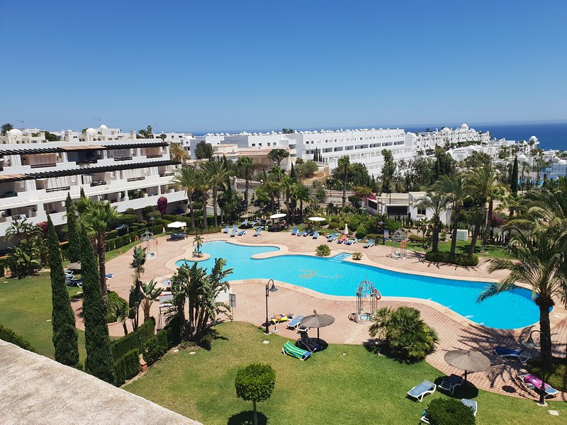 NEW TO MARKET: Stunning apartment with 100m2 roof terrace. Pool & mountain views, alquiler de vacaciones en Mojácar