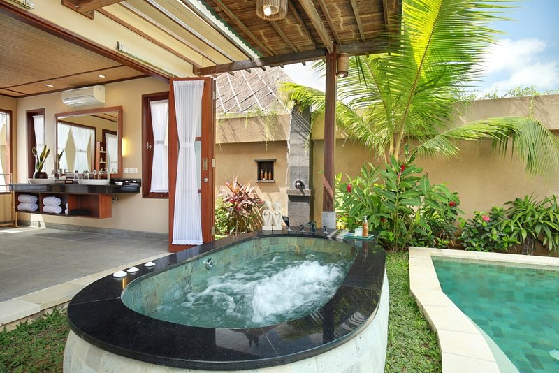 Honeymoon Suite Pool Villa - Breakfast, holiday rental in Batuan