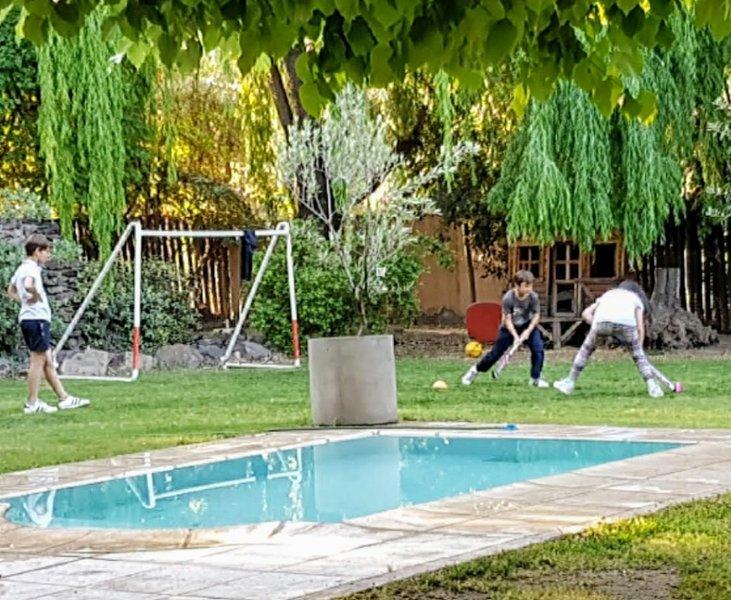 Casa con parque piscina y quincho para asados, holiday rental in Mendoza