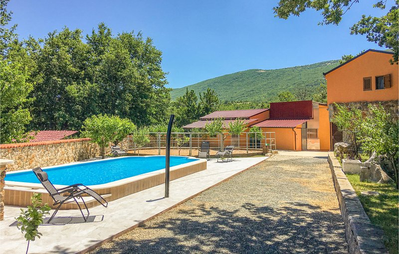 Stunning home in Vrlika with Outdoor swimming pool, WiFi and Heated swimming poo, holiday rental in Vrlika