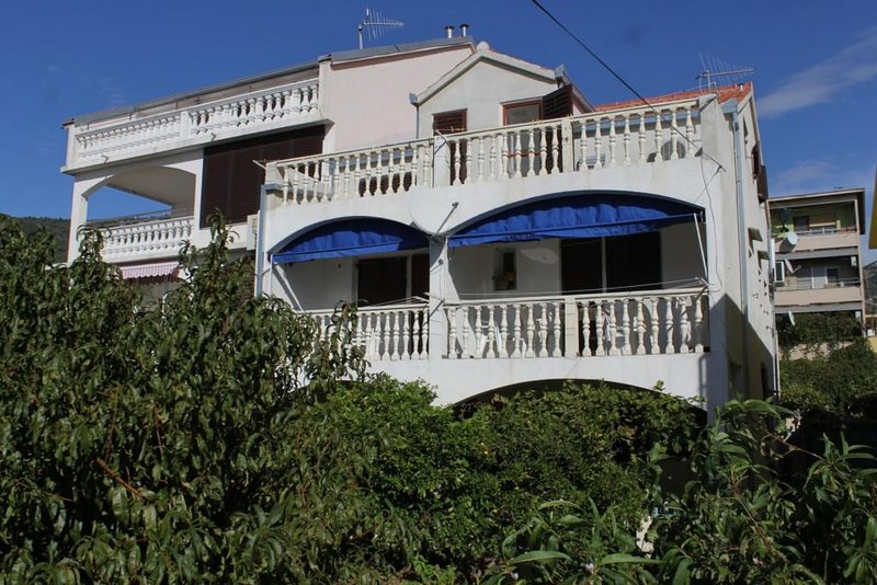 Komiza Apartment Sleeps 6 with Air Con - 5469047, holiday rental in Zena Glava