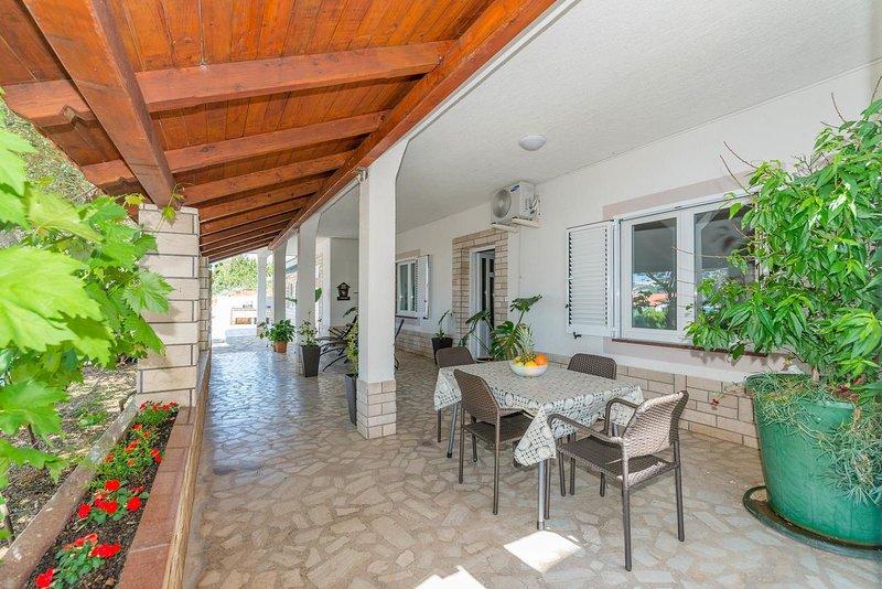 Kastel Apartment Sleeps 4 with Air Con - 5691648, location de vacances à Stara Novalja