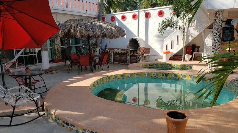 Casa Minutti a 2 calles de la playa con Alberca, vacation rental in Puerto Escondido
