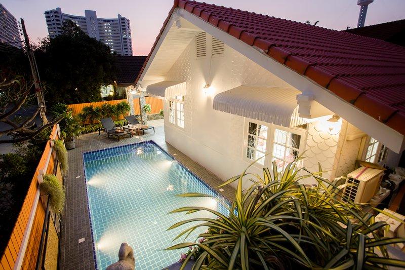 Grand Condo Tulips pool villa 300 meter from beach, holiday rental in Jomtien Beach