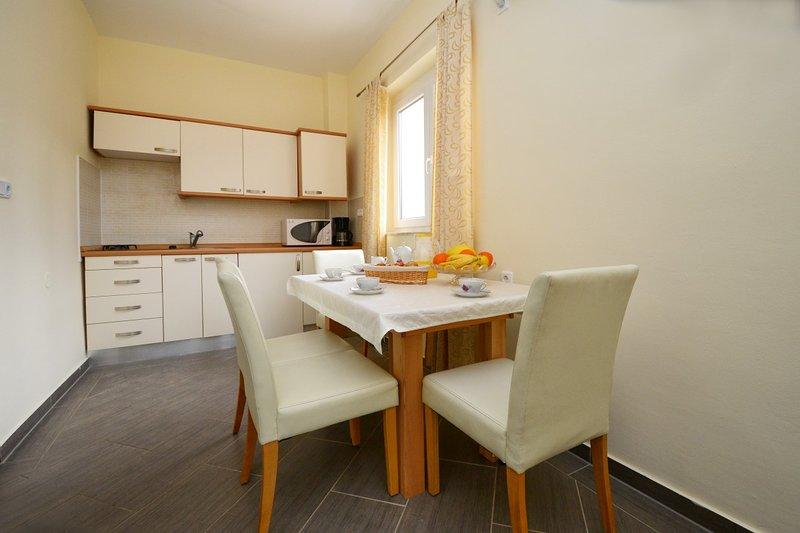 Holiday home 144269 - Holiday apartment 127849, location de vacances à Varvari