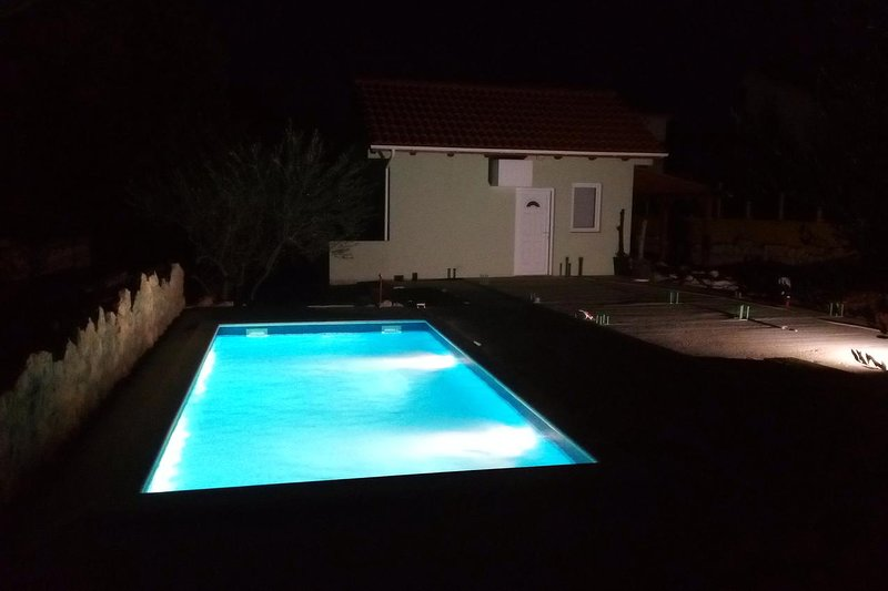 Vinjerac Holiday Home Sleeps 4 with Pool and Air Con - 5469690, vacation rental in Slivnica