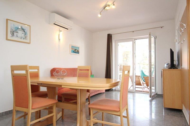 Holiday home 106673 - Holiday apartment 10672, vacation rental in Batomalj