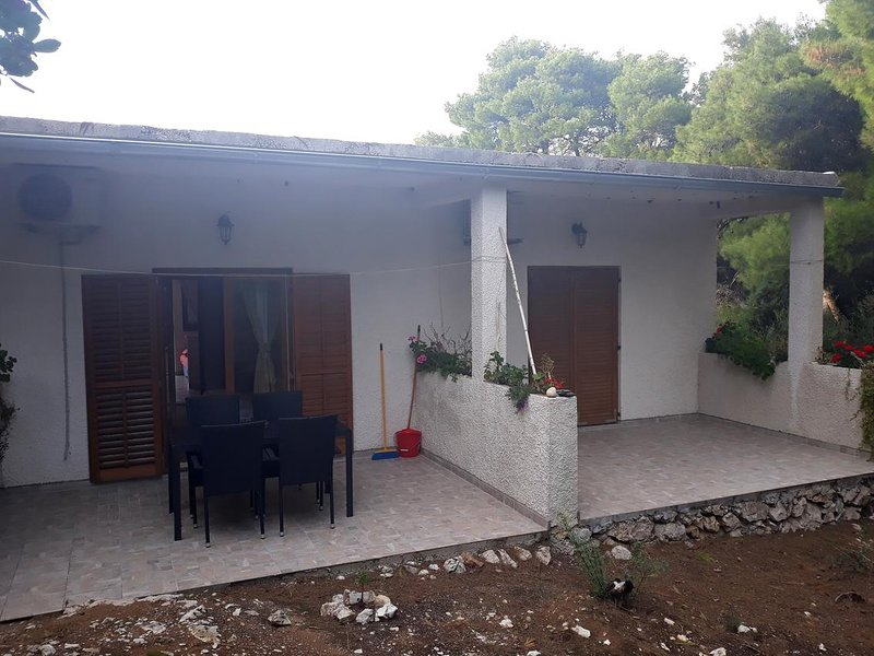 Maranovici Apartment Sleeps 5 with Air Con - 5477862, vakantiewoning in Saplunara