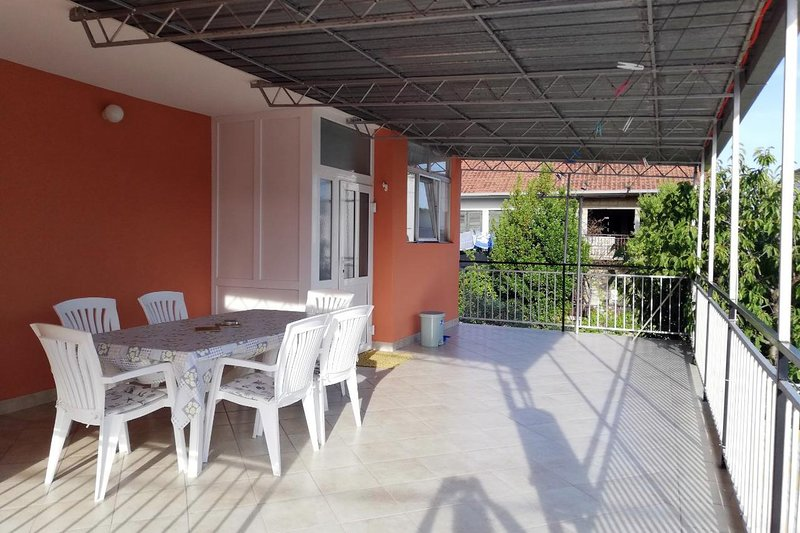 Vrsine Apartment Sleeps 4 with Air Con - 5577950, alquiler de vacaciones en Poljica