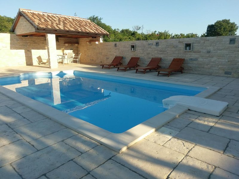 Lakic Holiday Home Sleeps 6 with Pool and Air Con - 5472313, vacation rental in Benkovac