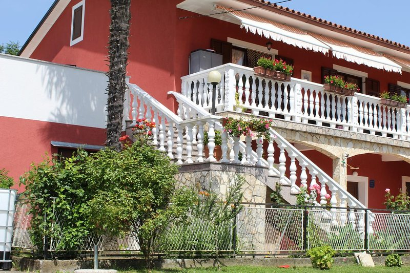 Pulgarija Cepic Apartment Sleeps 4 with Pool and Air Con - 5645070, location de vacances à Krbune