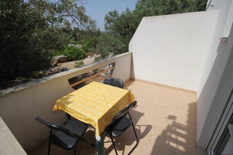 Bozava Apartment Sleeps 3 with Air Con - 5467940, alquiler de vacaciones en Bozava