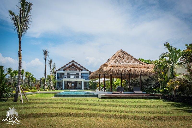 Kom genieten in Villa Lux, ontspan bij het zwembad met uitzicht op de oceaan.