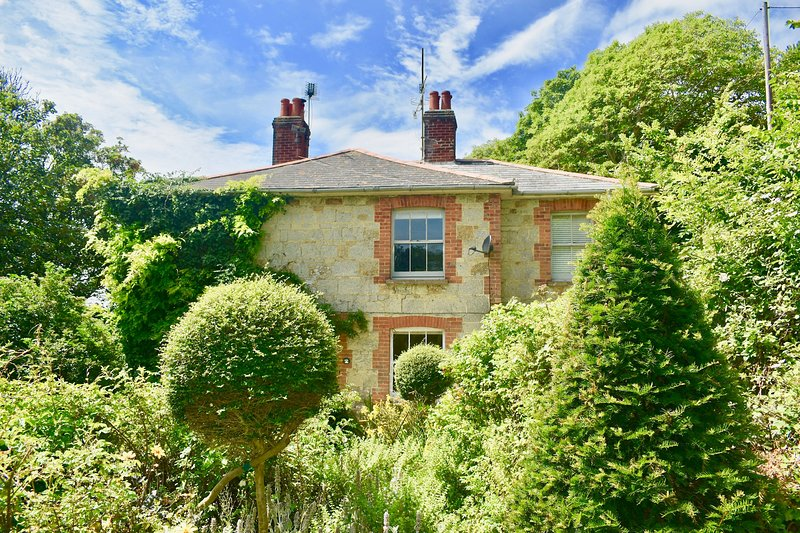 An Enchanting Victorian Coastal Cottage Moments from the beach., holiday rental in Bonchurch