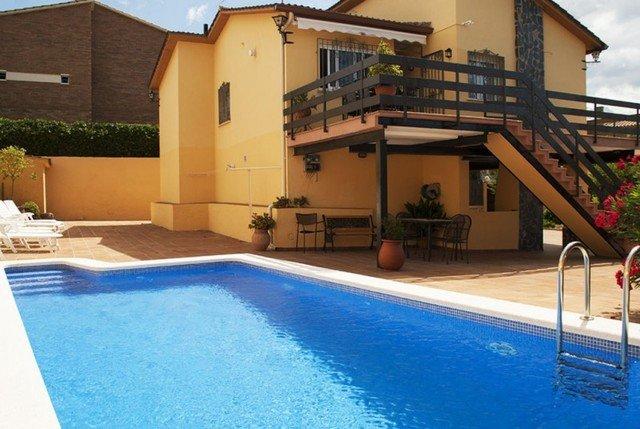 Vilanova i la Geltru Villa Sleeps 8 with Pool and Free WiFi - 5509099, vacation rental in Cubelles