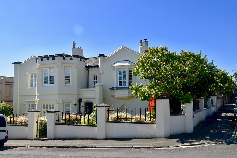 Impressive Victorian Gothic-style Coastal Home, Sleeps 10 + Hot Tub, vacation rental in Ryde