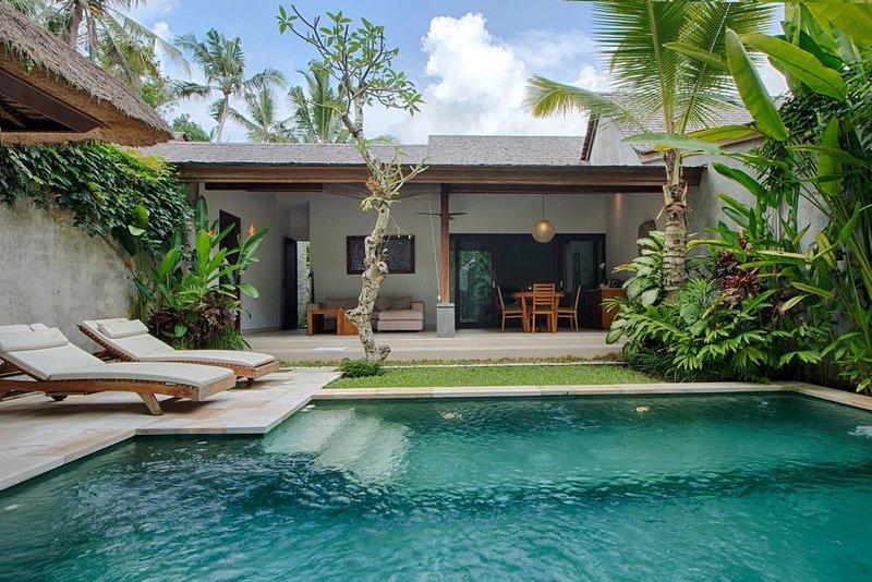 4 Bedroom Luxury Private Pool Villa W/Infinity + Breakfast Inclusive, holiday rental in Singakerta