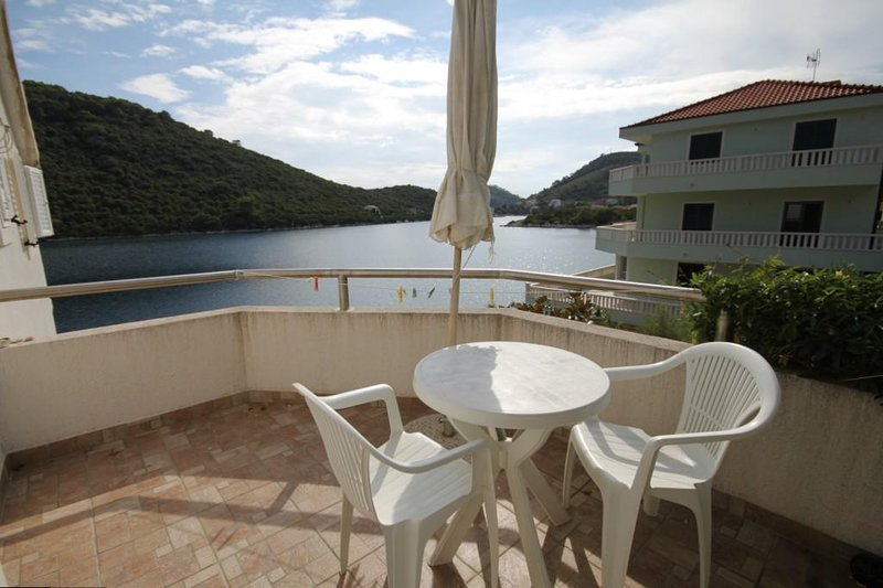 Sveti Jurje Apartment Sleeps 2 with Air Con - 5578582, aluguéis de temporada em Ubli