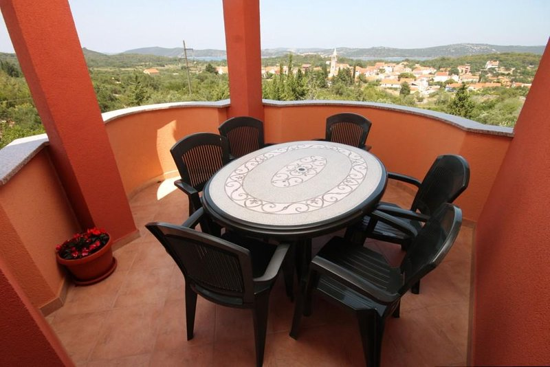 Bozava Apartment Sleeps 6 with Air Con - 5467906, alquiler de vacaciones en Bozava