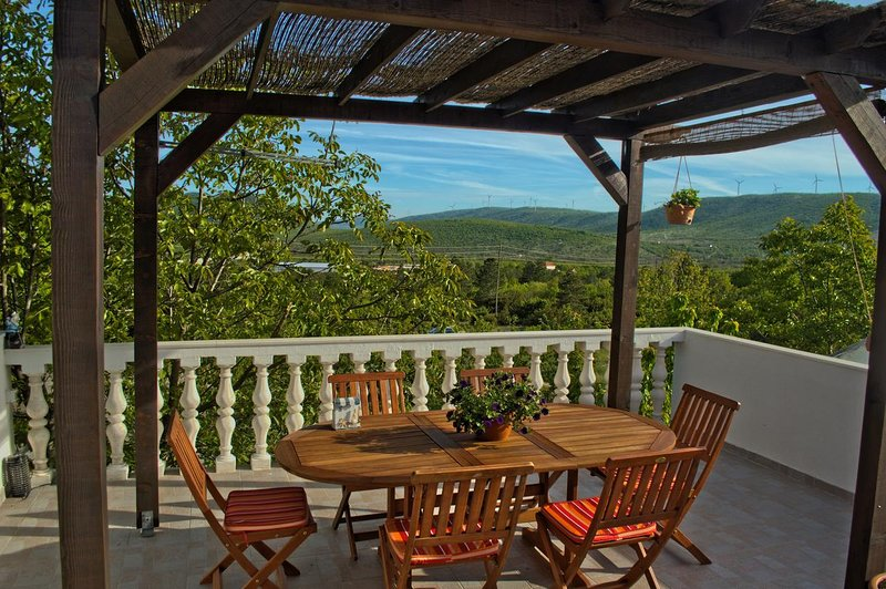 Mirt Holiday Home Sleeps 8 with Pool and Air Con - 5569135, vacation rental in Donje Ogorje
