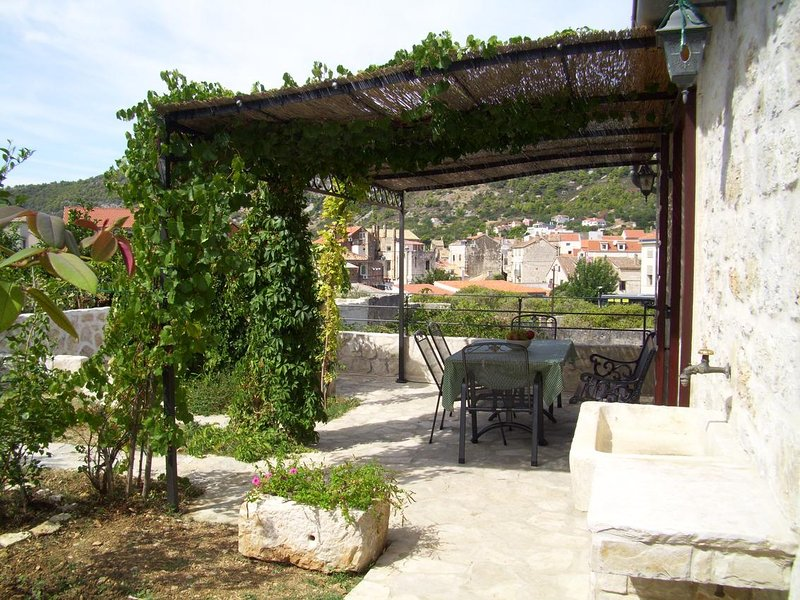 Komiza Apartment Sleeps 4 with Air Con - 5469330, holiday rental in Zena Glava