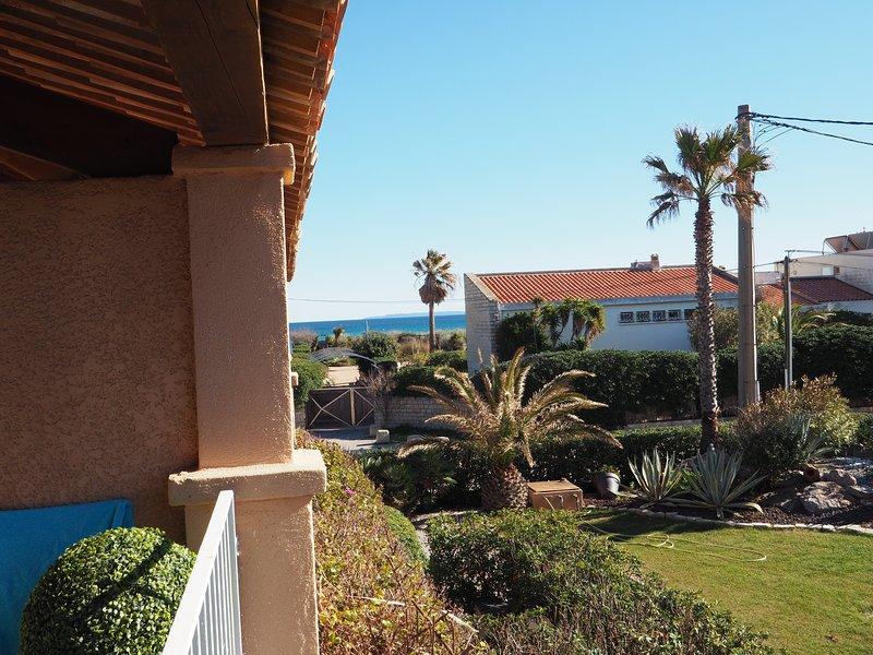 Au bord de mer presqu'île de Giens studio classé 2 étoiles avec grande terrasse, holiday rental in Giens