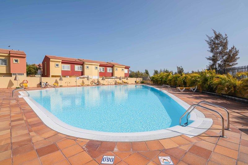 DUPLEX 2 BEDROOMS, FIBER OPTIC (600MB), SWIMMING POOL, GARAGE, KITCHEN, holiday rental in Meloneras